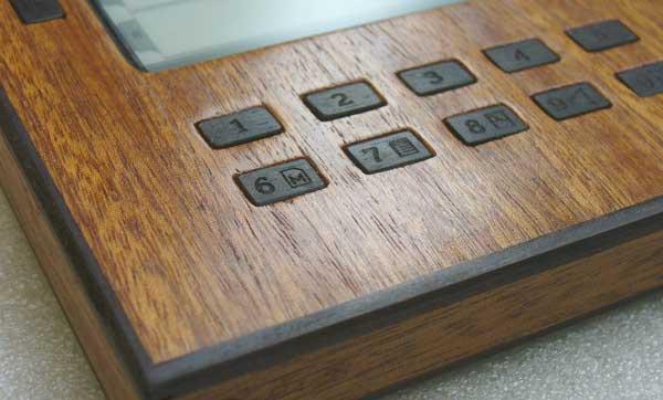 электронная книга в деревянном корпусе